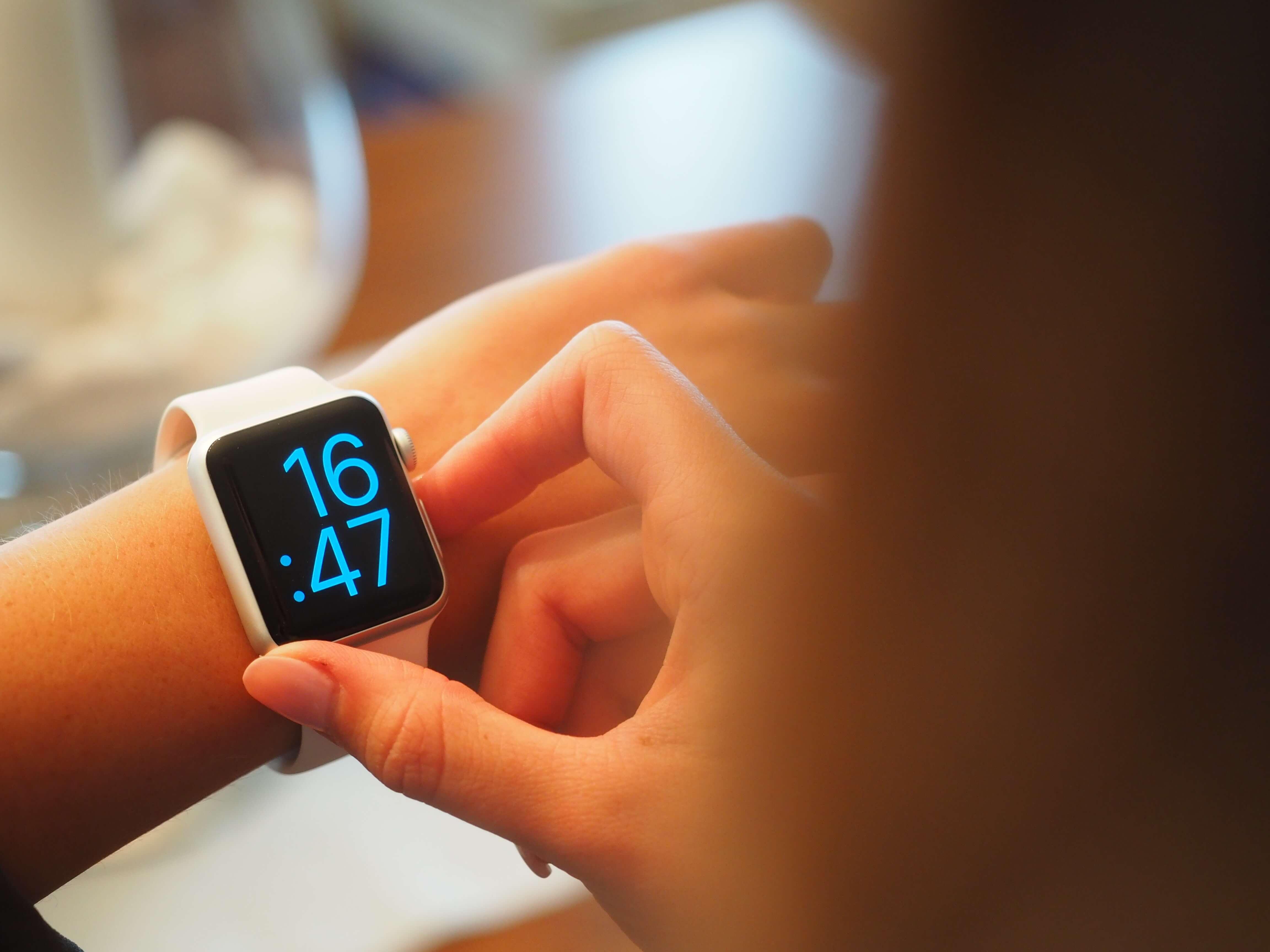 digital-hand-smartwatch-110471